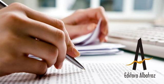 escrita objetiva mulher escrevendo enquanto confere notas