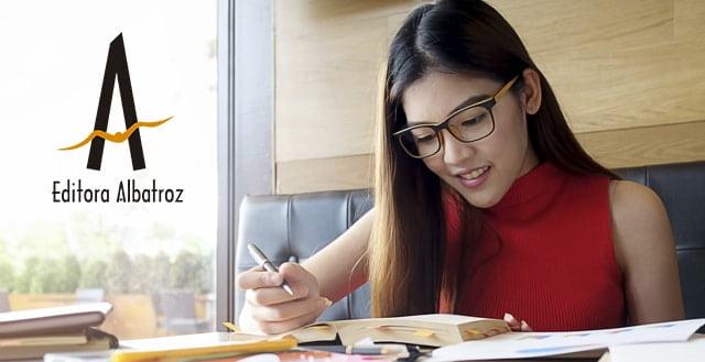 ler revisar editar publicar livro lançar mulher asiática escrevendo revisando lendo